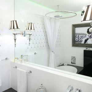 Genialnym zabiegiem optycznie powiększającym małą łazienkę jest zastosowanie dużego lustra, najlepiej bez obramowania. Projekt: Małgorzata Galewska, Epoca, Fot. Bartosz Jarosz