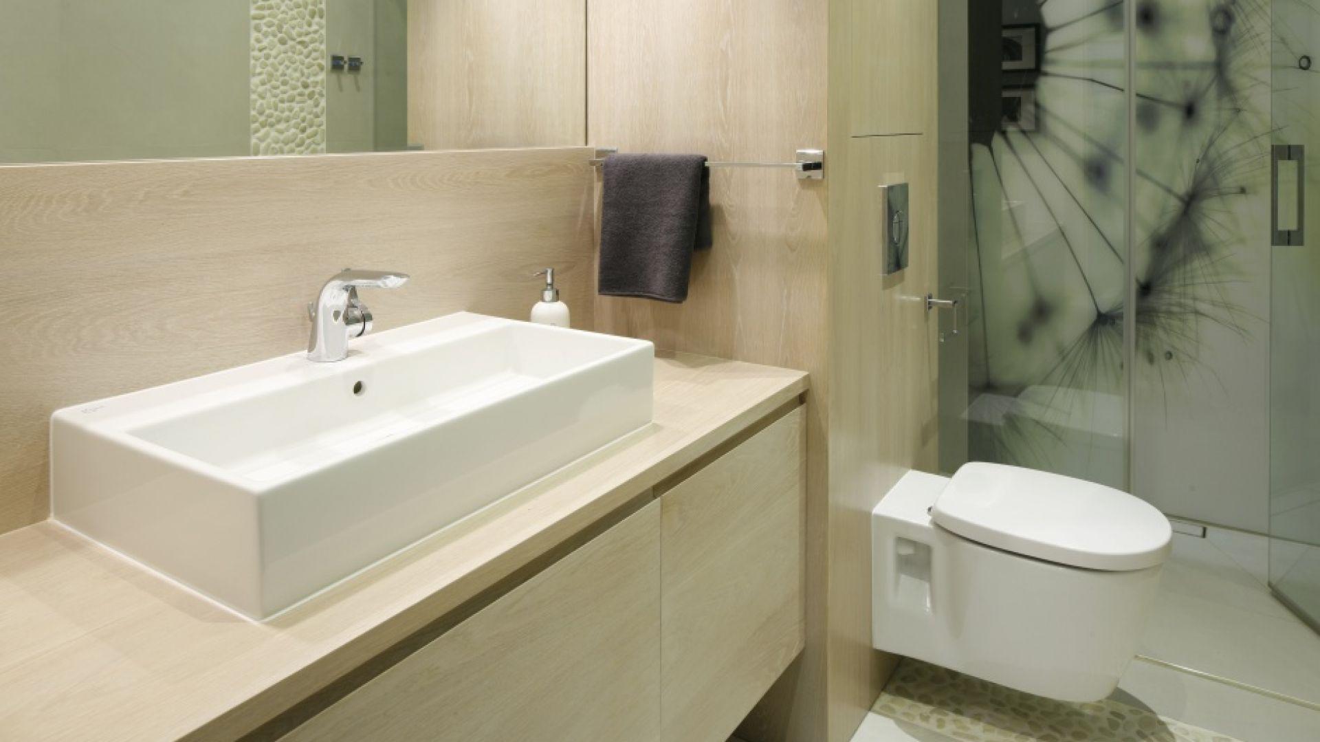 Mała i wąska łazienka jest jasna, dzięki czemu wydaje się znacznie przestronniejsza. Projekt: Małgorzata Galewska. Fot. Bartosz Jarosz