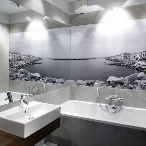 Niewielka łazienka urządzone w szarościach. Przestronności wnętrzu dodaje ogromne lustro. Projekt: Lucyna Kołodziejska. Fot. Bartosz Jarosz