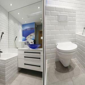 Duże lustro i wszechobecna bieli sprawiają, że łazienka wydaje się znacznie większa niż jest w rzeczywistości. Projekt: Ewa Para. Fot. Bartosz Jarosz