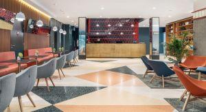 """W czasach panującego konsumpcjonizmu i przesytu na rynku hotelarskim, coraz większą rolę zaczynają odgrywać adaptacje wyjątkowych i unikalnych miejsc. Takich jak np. jedna z kultowych wież Domów Towarowych """"Alfa"""" w Poznaniu. Inspiracją"""