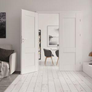 Powierzchnię drzwi Verte Premium o solidnej konstrukcji ramiakowej i estetycznym wykończeniu krawędzi zdobią geometryczne wzory płycin lub przeszklenia. Fot. Porta Drzwi