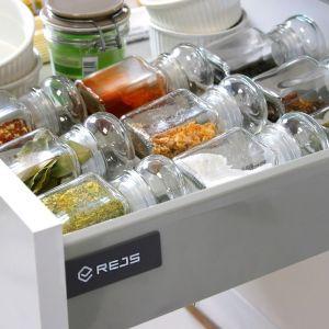 Organizatory na przyprawy do szuflad Comfort Box uniemożliwiają mieszanie się i przesuwanie słoiczków z ziołami, a jednocześnie odpowiednio je eksponują. Fot. Rejs