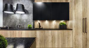 Kuchnia powinna być urządzona wygodnie i funkcjonalnie, ale też dobrze jest, gdy jest przytulna. Jej wizerunek ociepli drewno - solo lub w duecie.