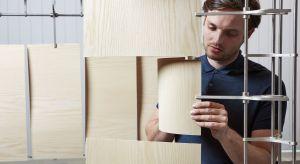 """Sam o sobie mówi, że lubi pracować z """"niedocenianymi"""" i przemysłowymi materiałami, takimi jak druciana siatka czy drewno odpadowe. W trakcie tegorocznego Forum Dobrego Designu Rick Tegelaaar, designer i wynalazca z Holandii opowie, jak zró"""