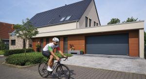 Wprzypadku lokalizacji garażu w bryle domu, niezbędne jest wykorzystanie rozwiązań, które pozwolą nam zatrzymać ciepło w pomieszczeniu. Ważnym elementem jest tu zastosowanie odpowiedniej bramy garażowej. Czym charakteryzuje się taki produkt i