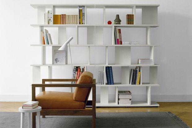 Minęły czasy meblościanek zabudowanych od góry do dołu, czy ogromnych regałów wypełnionych po brzegi dokumentami, książkami, ozdobami. Teraz wybierając regał do wnętrza, traktujemy go jak ozdobę, punkt kluczowy w pomieszczeniu.