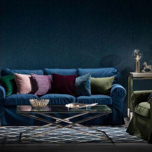 Ciemne kolory we wnętrzu: wazon Guido Blue, podnóżek, poduszki i pokrowiec na sofę,kolekcja Velvet i Chenille. Fot. Dekoria