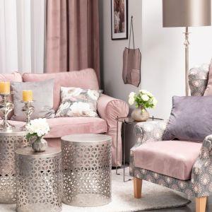 Ciemne kolory we wnętrzu: fotel Unique obity tkaninami z kolekcji Velvet i Gardenia. Fot. Dekoria
