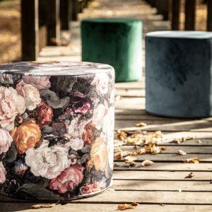 Ciemne kolory we wnętrzu: pufy Barrel obite tkaninami z kolekcji Gardenia i Velvet. Fot. Dekoria