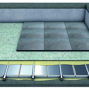 Purmo TS14 R chłodzi i grzeje. Ma również zastosowanie na istniejących podłogach. Można go także położyć na izolacji termicznej. Podstawą tego systemu jest płyta o grubości 17 mm ze styropianu EPS 240, pokryta fabrycznie blachą aluminiową o grubości 0,25 mm, dzięki czemu emisja ciepła jest równomierna. Fot. Purmo