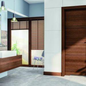 Drzwi Trendy marki Pol-Skone przeznaczone do wnętrz łazienkowych. Model jest wyposażony w blokadę łazienkową oraz podcięcie wentylacyjne. Dolny ramiak skrzydła można zabezpieczyć przed nadmiernym działaniem wilgoci. Fot. Pol-Skone