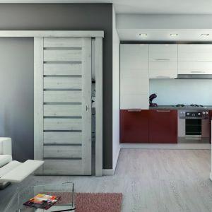 Dobrym sposobem na zaoszczędzenie przestrzeni w małym mieszkaniu jest zastosowanie drzwi w wersji przesuwnej. Na zdjęciu drzwi Koncept marki Porta Drzwi. Fot. Porta Drzwi