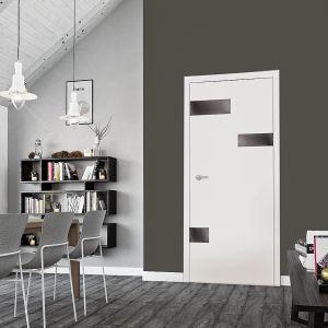 Drzwi Cayo firmy RuckZuck ozdabiają geometryczne szklane aplikacje. Są one dostępne w dwóch kolorach: biały polar oraz bazalt. Detale te mają matowe, nieprzezroczyste wykończenie. Fot. RuckZuck