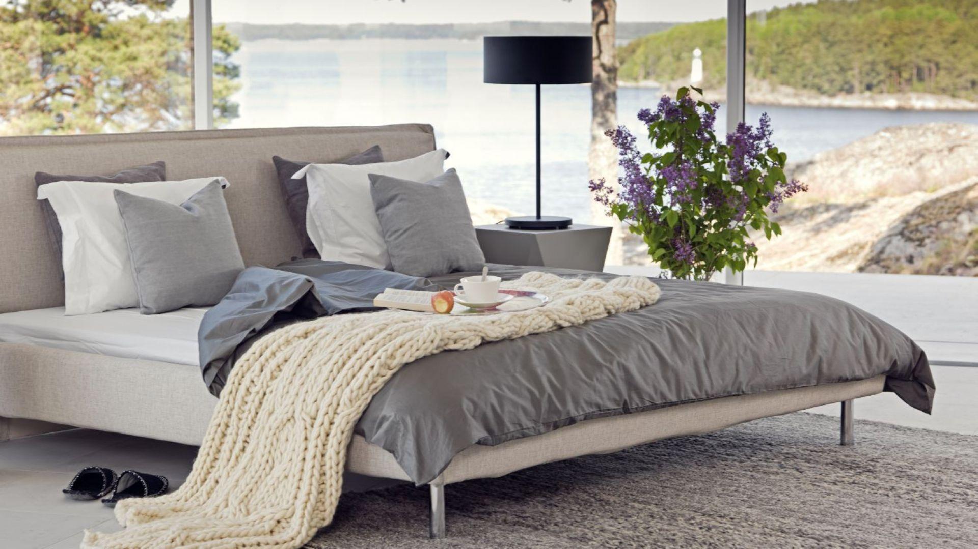 Norfolk Bed LC to łóżko tapicerowane o lekkiej, eleganckiej formie. Fot. MTI Furninova