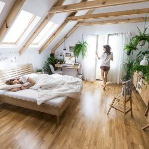 W kolekcji mebli Nature (proj. studio Tabanda) m.in. łóżko z litego drewna dębowego, w wariantach z ażurowym i pełnym zagłówkiem oraz dębowy kamerdyner, czyli pomocniczy mebel wielofunkcyjny. Fot. Vox