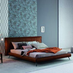 Tapicerowane łóżko Cuff na nóżkach. Fot. Bonaldo