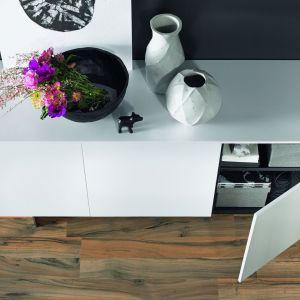 Designerskie fronty przykuwają uwagę atrakcyjną lekkością, która jest zasługą ich mocno zmniejszonej grubości. Fot. Hettich