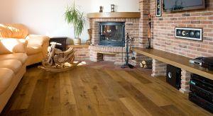 Każda drewniana podłoga potrzebuje pielęgnacji i konserwacji, inaczej może stracić swoje walory estetyczne i praktyczne. Zima to szczególny okres, bo związane z nią warunki atmosferyczne mogą być dokuczliwe tak dla ludzi, jak i drewna. Przypomin