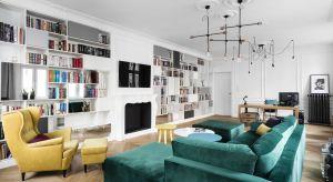 Oświetlenie w salonie, poza główną funkcją doświetlenia wnętrza, pełni też istotną rolę dekoracyjną. Zobaczcie 15 pięknych zdjęć pokojów dziennych, w których architekci zaproponowali ciekawe żyrandole i lampy.