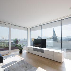 Okna KS430. Dzięki nim mieszkanie jest dobrze doświetlone, a także przestronniejsze. Dzięki seryjnemu oszkleniu 3-szybowemu drzwi te mają odpowiednie właściwości termoizolacyjne. Fot. Internorm
