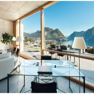 Wielkoformatowe przeszklenia to najmodniejsze aktualnie rozwiązanie w budownictwie jednorodzinnym. Na zdjęciu nowoczesne okna z ramą z drewna egzotycznego. Fot. Urzędowski