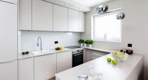 Wszechobecna biel w kuchennej aranżacji to trend, który nie tarci na popularności od kilku sezonów. Szczególnie w nowocześnie urządzonych kuchniach, prym wiodą jasne barwy.
