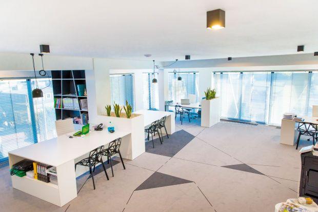 Jak zaaranżować minimalistyczną, nowoczesną przestrzeń biurową, która będzie się wyróżniać? Deweloper z Rzeszowa postawił w swojej nowej siedzibie na odważne, geometryczne wzory i nieszablonowe połączenia.