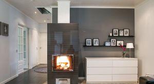 Kominek to nie tylko kojące ciepło w mroźne dni, to także doskonały element dekoracyjny salonu. Ze względu na obowiązujące przepisy budowlane, nie w każdym domu można jednak zastosować to rozwiązanie. Czy jest sposób, by cieszyć się żywy