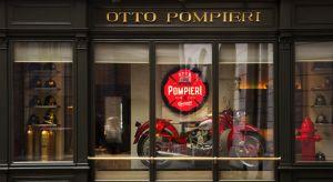 Odwiedzając nietuzinkową przestrzeń restauracji Otto Pompieri lub - jak ktoś woli - Ośmiu Strażaków ma się wrażenie przeniesienia do rzeczywistości, trochę rodem z amerykańskich filmów. Widać tu wyraźny wpływ stylu Wes'a Andersona połącz