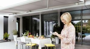 Nowoczesne akcesoria okienne nie tylko pomagają zaciemnić pomieszczenie i zapobiec jego przegrzaniu, ale również ułatwiają komfortowe użytkowanie, a niekiedy nawet... wykorzystują promienie słoneczne do swojej pracy.