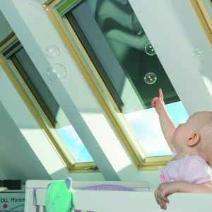 Markiza AMZ Z- Wave absorbuje promieniowanie słoneczne już przed szybą i emituje ciepło na zewnątrz, przez co dobrze chroni przed uciążliwym upałem; sterowanie przełącznikiem umieszczonym na ścianie lub pilotem. Fot. Fakro