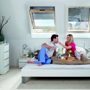 Dedykowana do okien dachowych roleta zewnętrzna Roto Therm skutecznie chroni poddasze i jego mieszkańców przed ciepłem i oślepiającym słońcem; elektryczne sterowanie. Fot. Roto