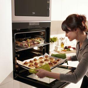Piekarnik z technologią Split&Cook, dzięki specjalnemu separatorowi, pozwala na przygotowanie dwóch kompletnie różnych potraw jednocześnie. Fot. Beko
