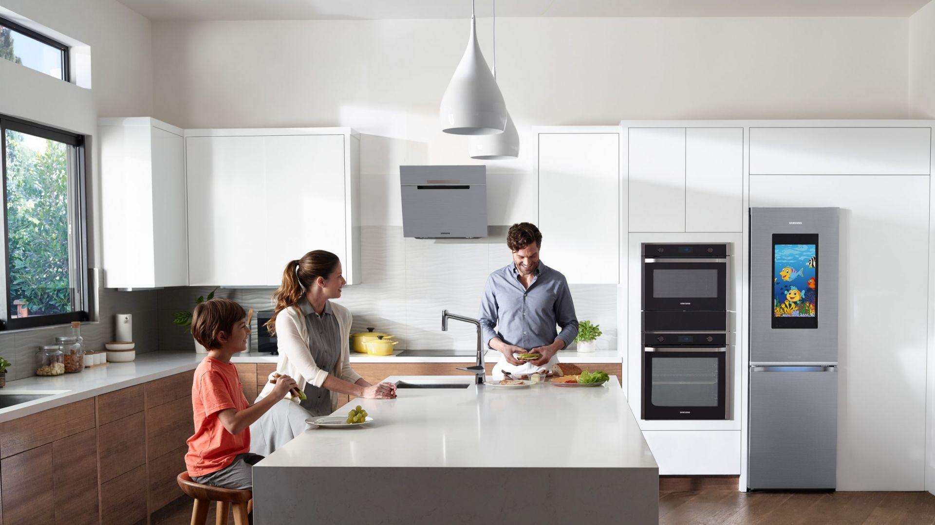 Lodówka Family Hub wyposażona w duży, 21,5-calowy ekran na głównych drzwiach, dzięki wbudowanym wewnątrz aparatom, daje możliwość podglądu wnętrza z dala od domu. Fot. Samsung