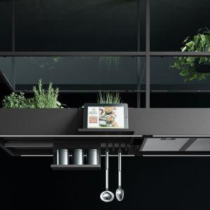 Innowacyjny okap Spazio wyposażony w półki i relingi, gniazda elektryczne, port USB, uchwyt na tablet, a nawet pojemniki na domowy zielnik. Fot. Falmec