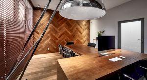 Boazeria to dla wielu z nas relikt minionej epoki. Kojarzy się z wyglądającą mało atrakcyjnie, drewnianą ścianą w korytarzu czy przedpokoju u babci. Naturalne drewno nadal jest z powodzeniem stosowane dowykończenia ścian. Drewniane elementy wy