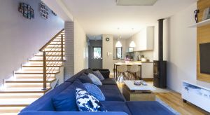 Dwupoziomowe mieszkania w zabudowie szeregowej to atrakcyjna alternatywa dla jednorodzinnych, wolnostojących domów, na które wciąż nie każdy z nas może sobie pozwolić. Aranżacja wnętrza takiej szeregówki okazać się może nie lada wyzwaniem.