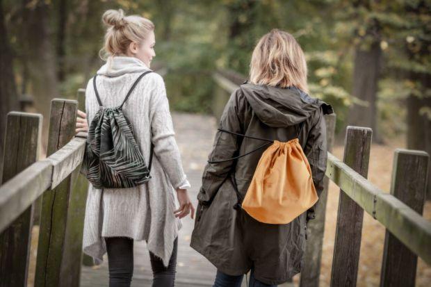 Zbliżają się Mikołajki, a Ty wciąż zastanawiasz się, co kupić ukochanej osobie? Pamiętaj, że prezent nie musi być drogi czy wymyślny – wystarczy, że znasz styl i potrzeby osoby, którą chcesz obdarować, by wybrać idealny upominek.
