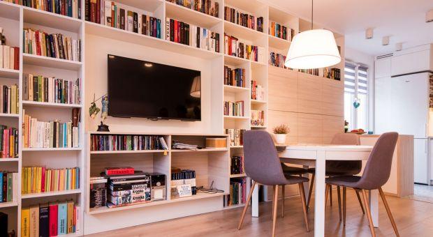Domowa biblioteczka w salonie: radzimy, jak ją urządzić