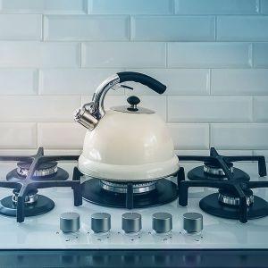 FIBARO – Smoke Sensor to czujnik, który wykryje zbyt wysoką temperaturę, a nawet zalążek niebezpiecznego pożaru. Fot. FIBARO