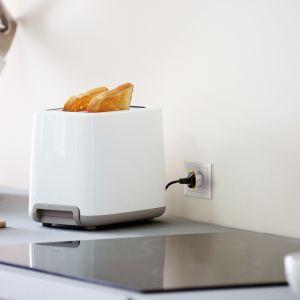 Swoją przygodę z inteligentną kuchnią rozpocząć można od instalacji, a właściwie umieszczenia (tak, to takie proste) w gniazdku inteligentnej przejściówki – Wall Plug, do której podłączona zostanie np. lodówka. Fot. FIBARO