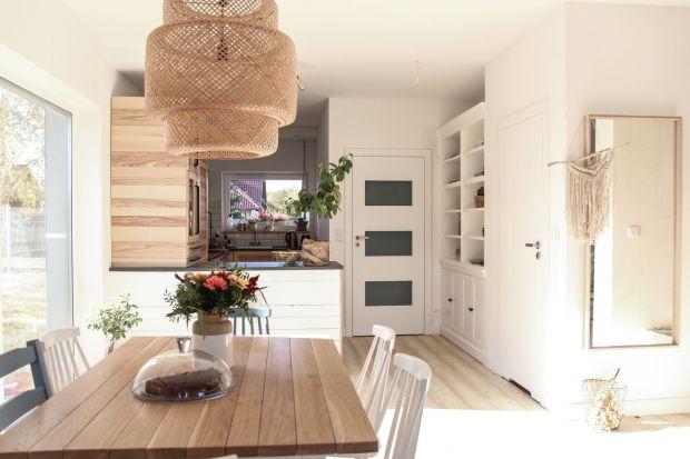 Coraz częściej salon jest łączony z jadalnią czy kuchnią. Taki wnętrzarski zabieg jest korzystny zarówno w domu, jak i w mieszkaniu – otwiera przestrzeń sprawiając, że pomieszczenia są bardziej przestronne.