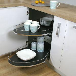 Systemy do szafek narożnych Corner Optima, dostępne są w wersji z dnem białym lub czarnym. Fot. Rejs