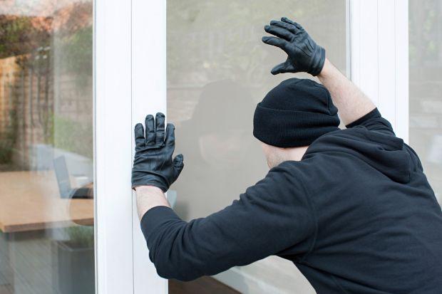 Czy prosty element jakim jest klamka w oknach antywłamaniowych może zatrzymać włamywacza? Może, jeśli jest tak skonstruowana, że nie da się jej otworzyć od zewnątrz, nawet przy próbie rozwiercenia.