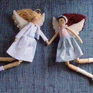 Fido Design współpracuje z polskimi rzemieślnikami i rękodzielnikami. Na zdjęciu lalki Anioł uszyte ręcznie przez pracownię Talala.  Fot. Fido Design