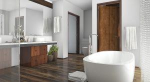 Nie ma nic przyjemniejszego niż dotyk drewnianej podłogi po wyjściu z kąpieli. Dzięki drewnu nasza łazienka stanie się znacznie przytulniejsza i nabierze wyjątkowych walorów estetycznych.