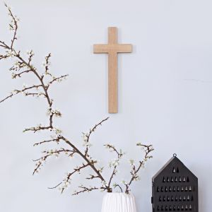 Marka Fido Design oferuje współczesne dewocjonalia, jak drewniany krzyż o prostej, minimalistycznej formie. Fot. Fido Design