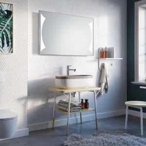 Lustro łazienkowe Ares LED - starannie oszlifowana, prostokątna tafla jest efektywnie oświetlana przez dwa wypiaskowane na przeciwległych brzegach wzory. Fot. Ruke
