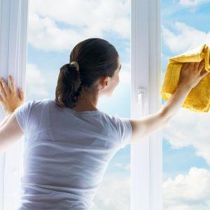 Przygotowanie okien do zimy. Fot. Nitus